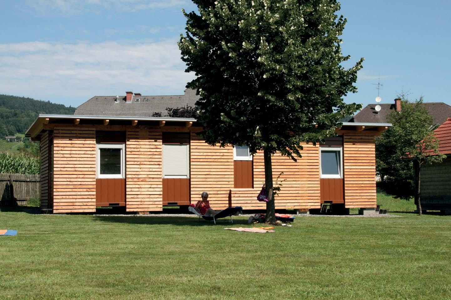 Containex anche per lo svago all'aria aperta: strutture con rivestimento in legno per un lago balneabile