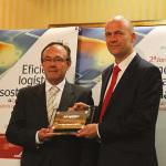 Trond Johansen, responsabile vendite di Allison Transmission Spagna, ha ricevuto il premio dalle mani di Angel Lazaro, di Jungheinrich Spagna, società vincitrice dell'edizione precedente