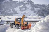 Quattro uomini nella neve e il loro Unimog